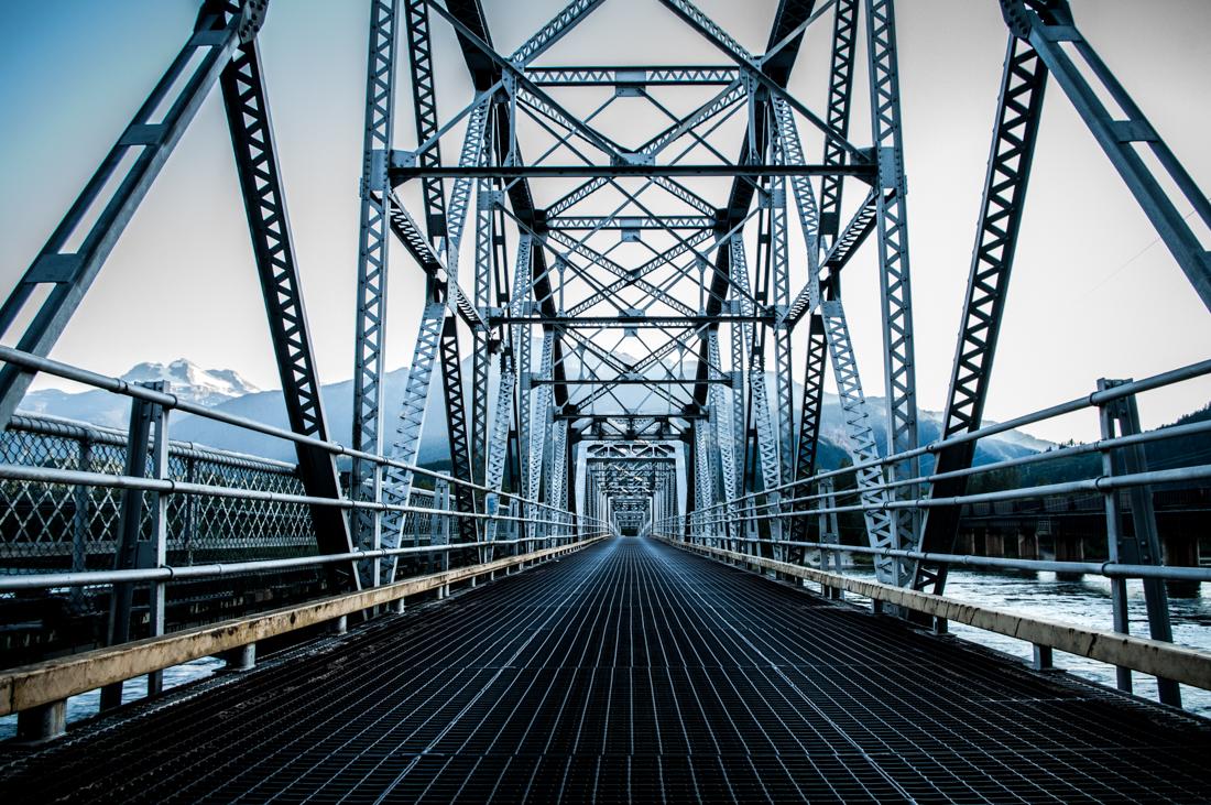 Eine Architekturfotografie einer kanadischen Eisenbahnbrücke aus Stahl