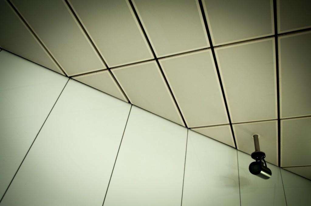 Die Decke der Düsseldorfer U-Bahnstation mit Überwachungskamera