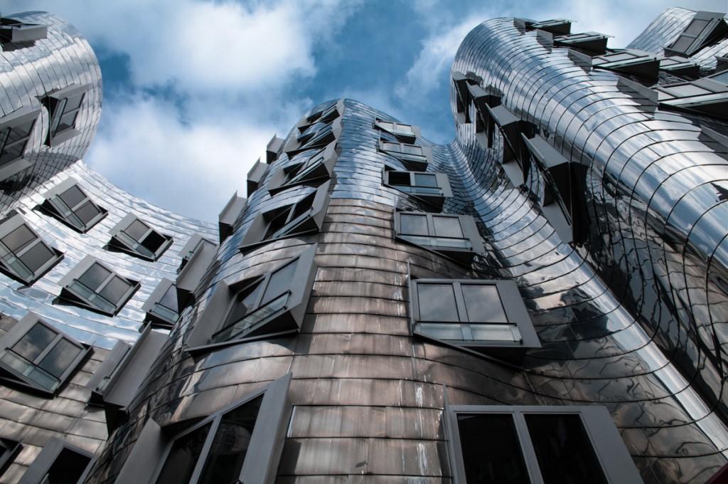 Diese Düsseldorfer Fotolocation zeigt eine der Ghery-Bauten am Düsseldorfer Medienhafen