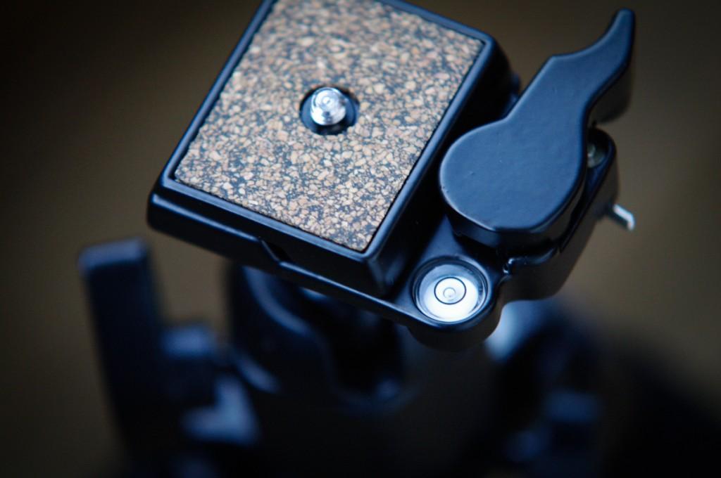 Das Foto zeigt einen Stativkopf mit Stativplatte und Wasserwaage