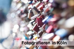 Viele bunte Schlösser an der Hohenzollernbrücke in Köln mit schönem Bokeh