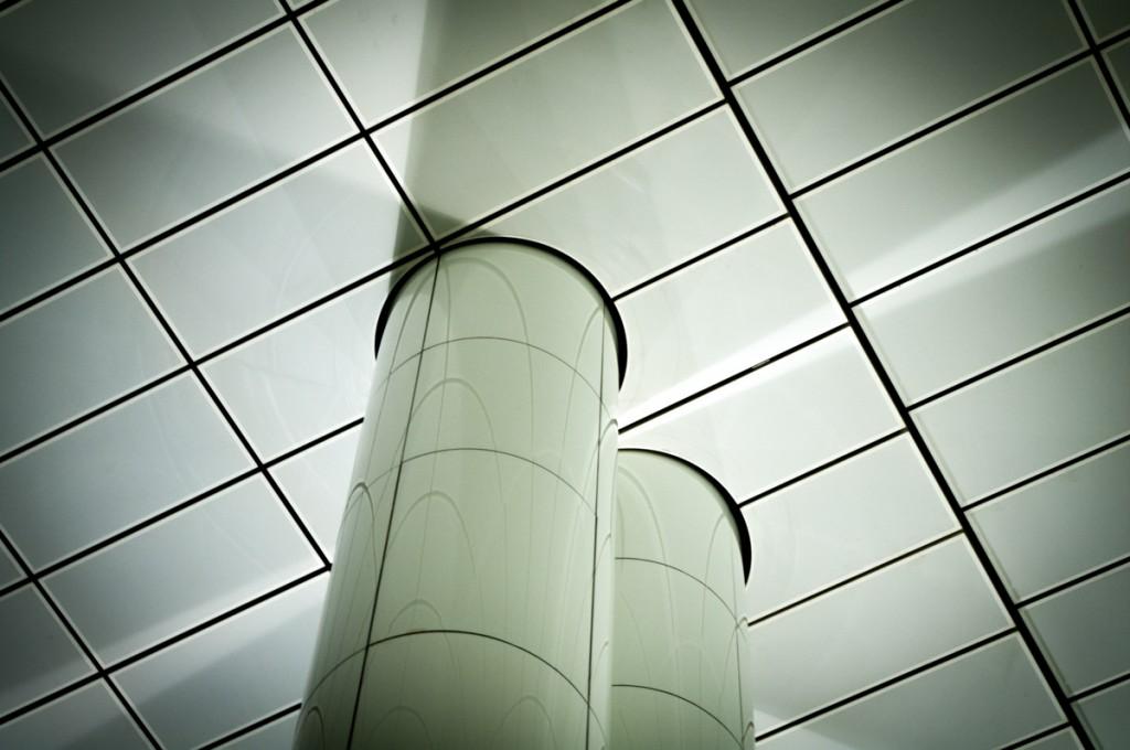 Weiße Decke einer der U-Bahnstationen von Düsseldorf mit zwei dicken weißen Säulen