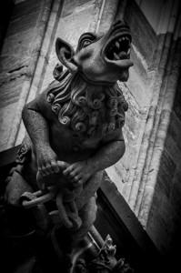 Schwarz-Weiß-Aufnahme eines böse guckenden Wasserspeiers am Kölner Dom