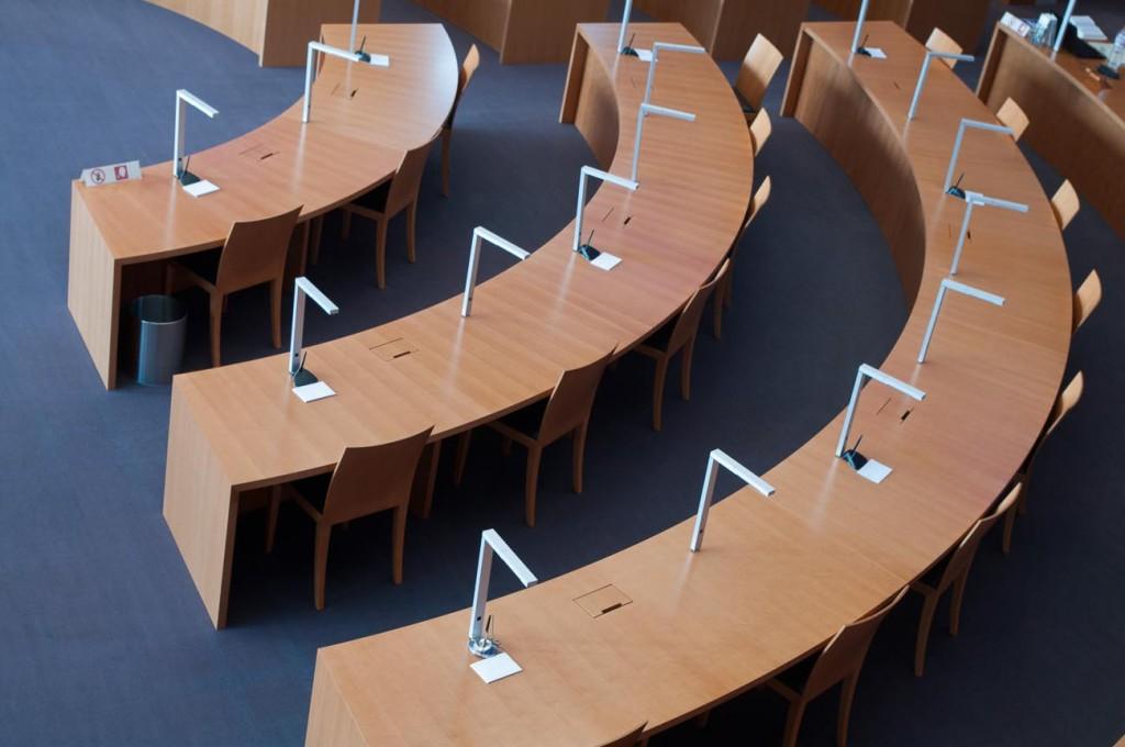 Die gebogenen Holztische in der Bibliothek des Bundestages in Berlin