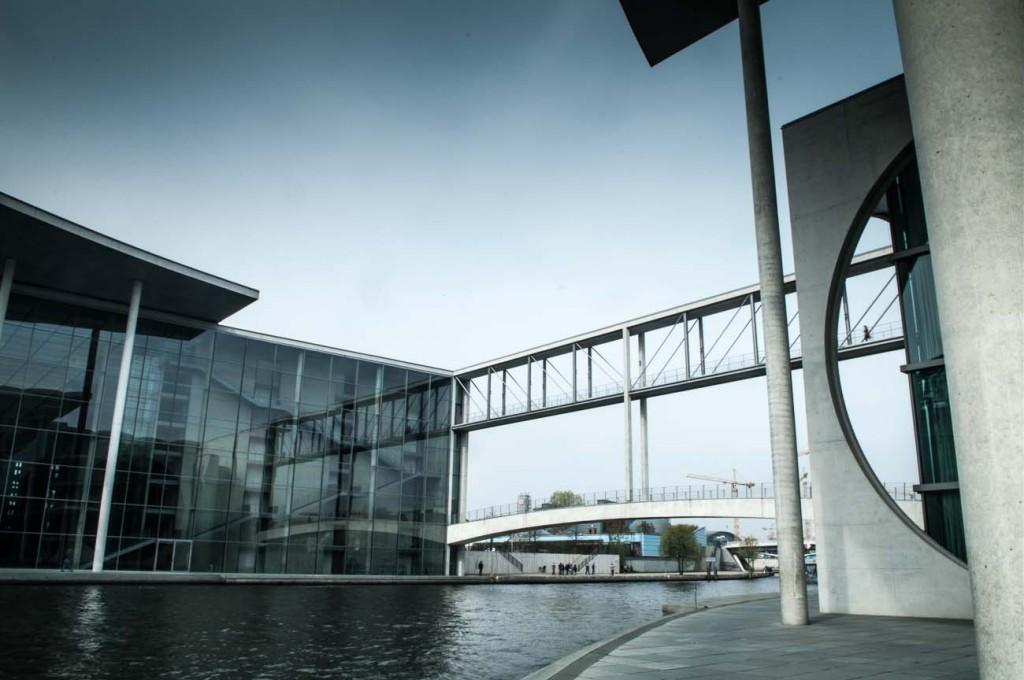Zwei Gebäude des Bundestages mit einer Brücke über der Spree verbunden