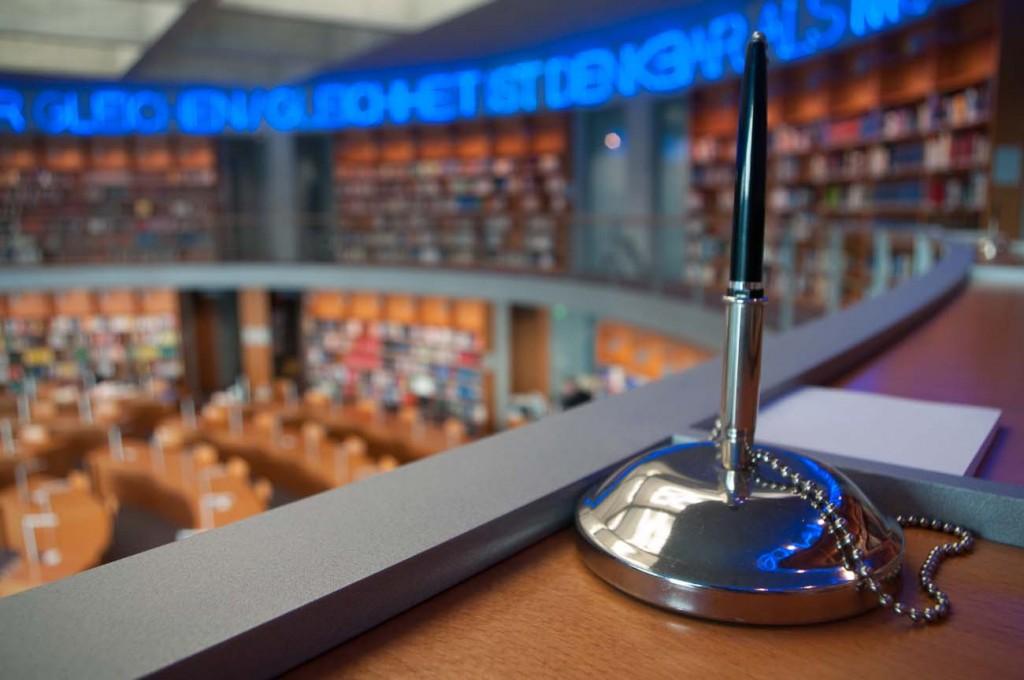 Ein Stifthalter in der Bibliothek des deutschen Bundestags
