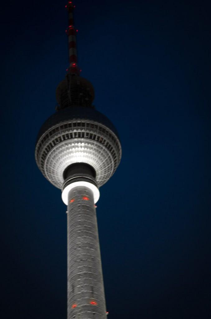 Der Fernsehturm von Berlin nachts fotografiert mit blauem Hintergrund