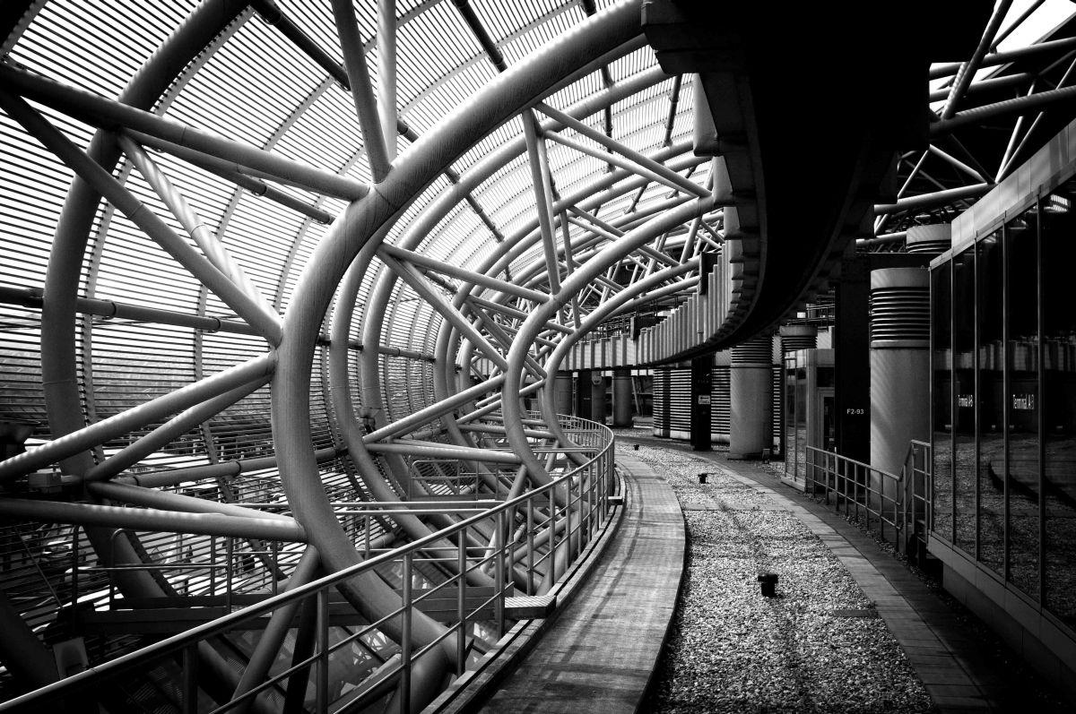 Skytrain am Düsseldorfer Flughafen in schwar-weiß