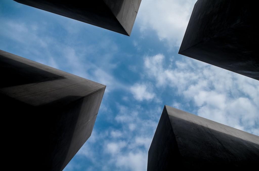 Ein Foto von dem Holocaust-Mahnmal mit wolkigem Himmel darüber