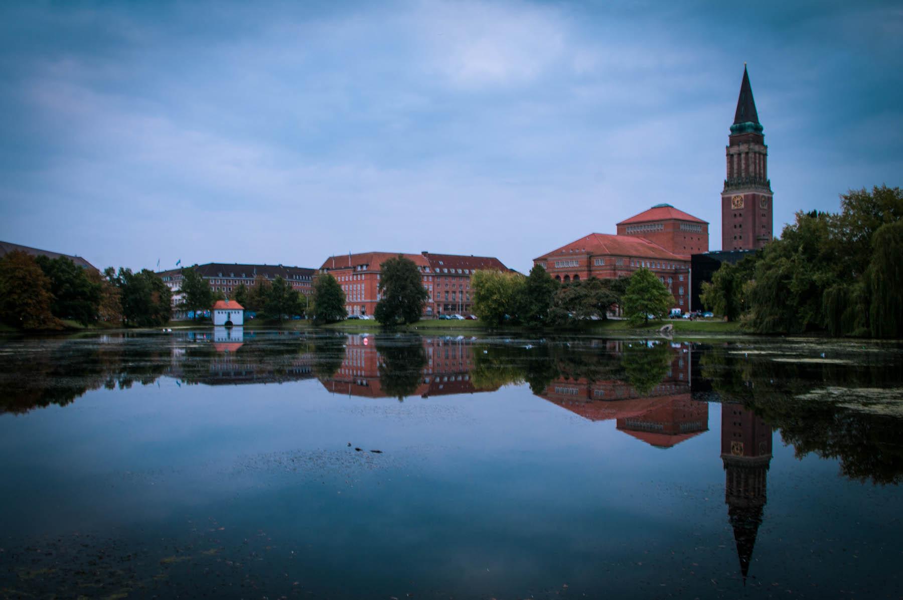 Die Innenstadt von Kiel vom kleinen Kiel aus betrachtet