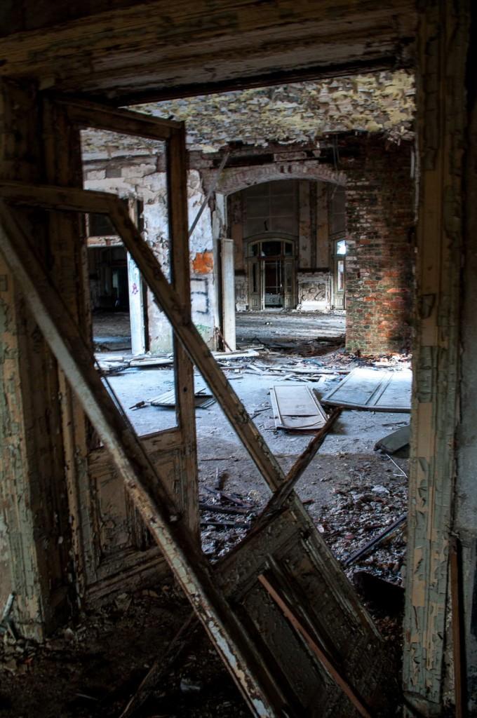 Dieser Secret Place in Berlin zeigt eine verrottete Tür im Hotel