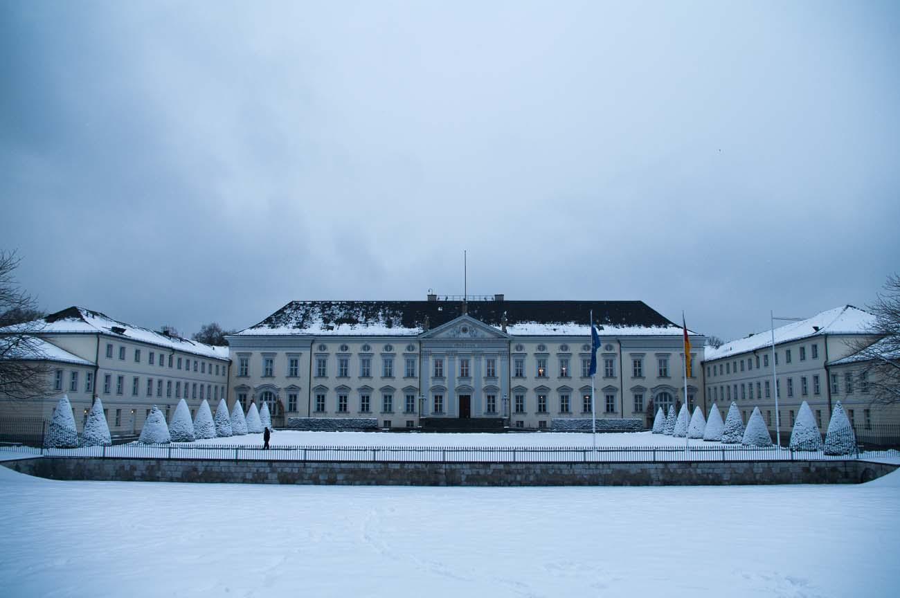 Schloss Bellevue des Bundespräsidenten im Winter mit viel Schnee davor