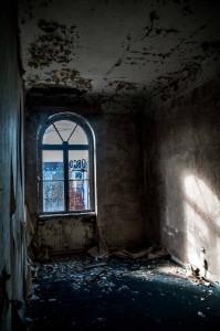 Ein Lost Place in Berlin: Verrottetes Zimmer in einem Hotel