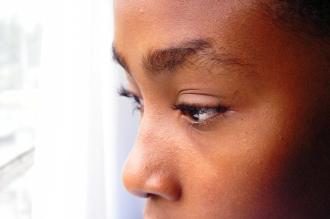 Junge der aus dem Fenster schaut