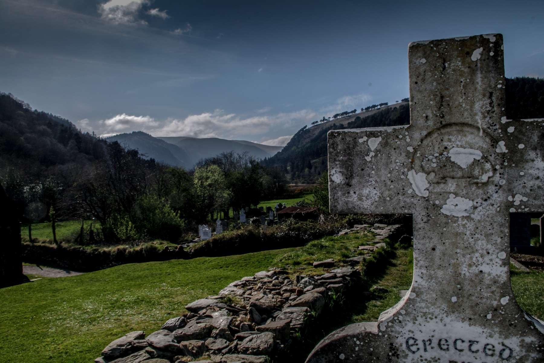 Eine Landschaftsfotografie des Glendalough in Irland